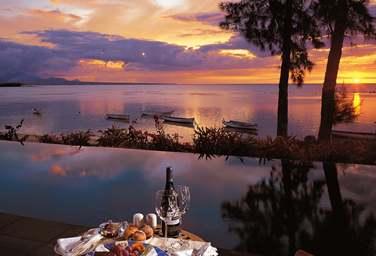 Admirez le sublime coucher de soleil sur le lagon ..