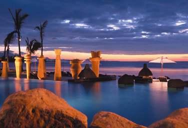 Vue sur les fabuleux couchers de soleil depuis la piscine de l'hôtel