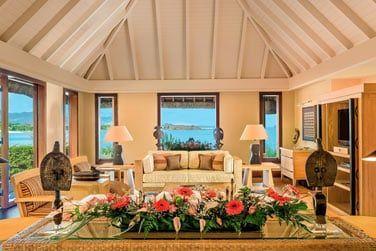Le spacieux salon de la Villa Royale, offrant une vue imprenable sur la mer