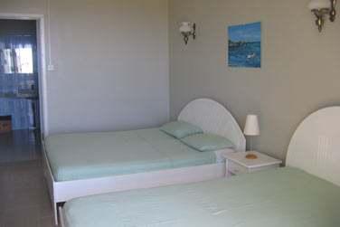 Les chambres sont situées dans un petit bâtiment créole