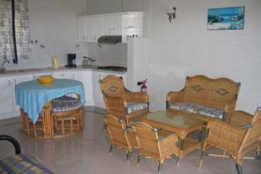 Un bungalow peut accueillr jusqu'à 5 personne et possède une cuisine équipée..