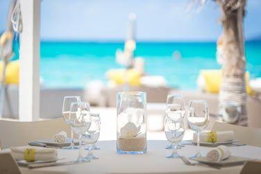 Le restaurant vous invite à prendre vos repas face à la mer turquoise...