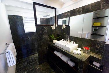 Salle de bain de la chamrbe Deluxe vue mer