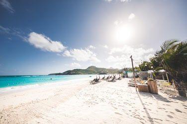 Une sublime plage de sable blanc où il fait bon se détendre au soleil...