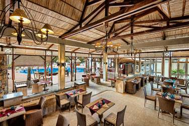 Le restaurant principal vous offrira une vue sur la piscine