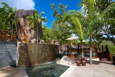 Il est situé sur les hauteurs de la baie et entouré de végétation tropicale luxuriante