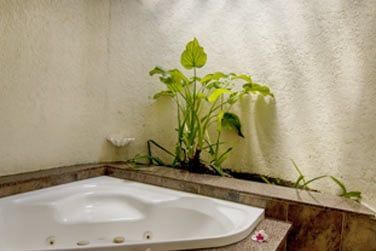Salle de bain avec bain à remous