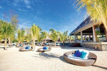 La plage du C Beach Club est aménagée de grands lits d'extérieur confortables