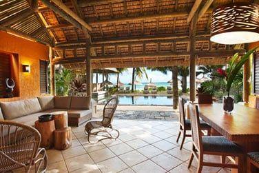 La veranda de la Villa ouverte sur une belle terrasse extérieure