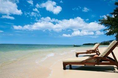 L'hôtel est bordé par une très belle et longue plage de sable blanc