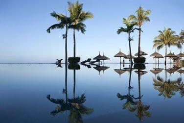 La piscine se fond merveilleusement avec le ciel et le lagon