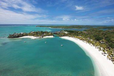 Bordé par une magnifique plage de sable blanc