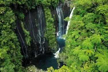 Survol en hélico de la cascade de Takamaka