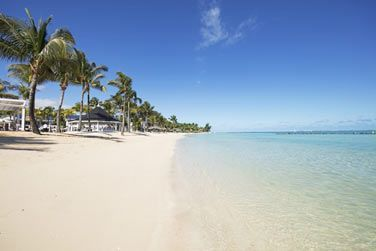 Bordé par une plage de sable blanc, longue d'1 km