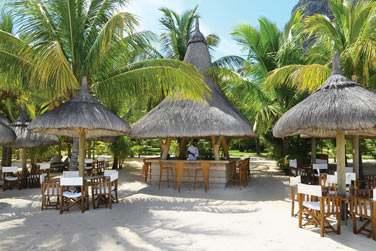 Le bar 'Le Cabanon' vous propose de siroter un cocktail sur la plage...
