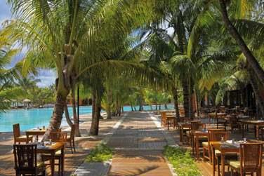 Le restaurant principal l'harmonie surplombant la plage et la piscine.