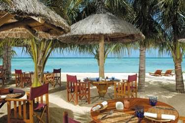 Rendez-vous au restaurant Le Morne Plage pour un repas les pieds dans le sable