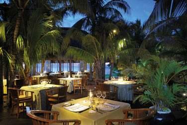 Le restaurant 'Saveurs des îles' offre un cadre romantique pour vos dîners