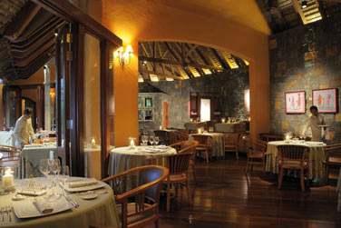 La salle intérieure du restaurant 'Saveurs des îles'