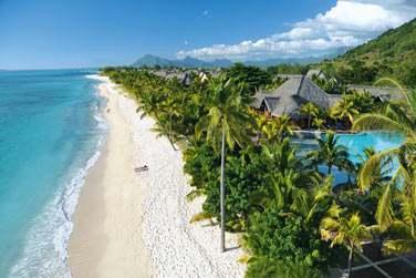 L'hôtel est en bordure de l'une des plus belles plages de l'île, longue de plusieurs kilomètres