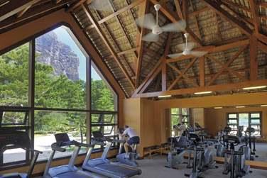Pour les sportifs, rendez-vous à la salle de sport offrant une vue imprenable sur le Morne