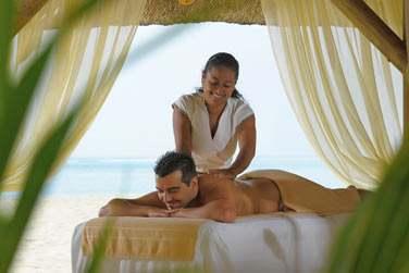 ... ou un massage aux huiles essentielles face à la mer