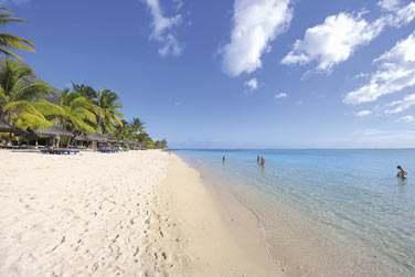 l'hôtel est bordé par l'une des plus belles plages de l'île Maurice, longue de plusieurs km !
