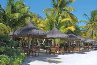 Le bar 'La Palma Beach', où tables et chaises vous accueillent pieds dans le sable à l'ombre de paillotes de plage...