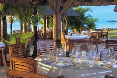 Proche des villas, le restaurant La Ravanne vous accueille dans un cadre exotique face à la mer