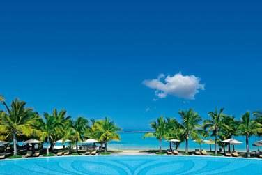 La piscine de l'hôtel offre un magnifique panorama sur le lagon