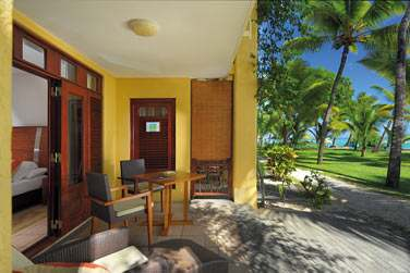 La terrasse de la chambre Deluxe donnant sur le jardin luxuriant de l'hôtel et la mer non loin...
