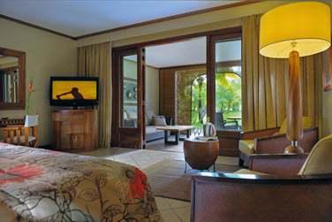 Intérieur chambre Tropicale ouverte sur une spacieuse terrasse aménagée