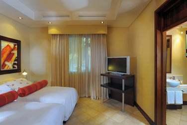 Une chambre avec salle de bain attenante dans la Villa Paradis