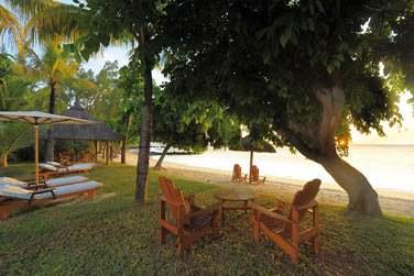 Le jardin de la Villa Paradis, aménagé de transats et coin repas