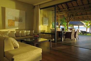 Le salon de la Villa Paradis, ouvert sur la terrasse extérieure