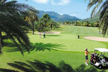 Vous golfez ? Bienvenue au Paradis... Son parcours de golf de 18 trous est l'un des meilleurs de l'île