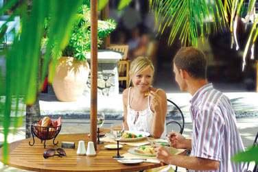 Pour un déjeuner à la carte à l'ombre des palmiers