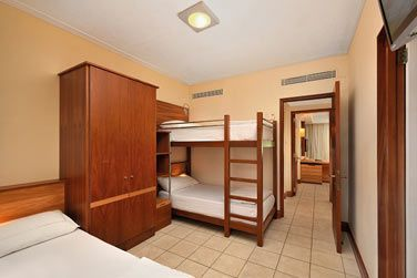 La chambre ave des lits superposés pour les enfants