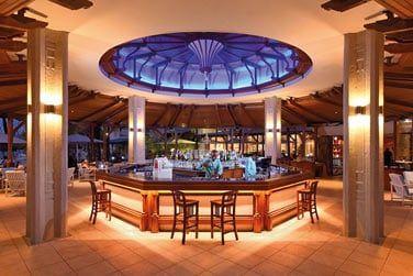 Le Blue Bay Bar, bar principal de l'hôtel