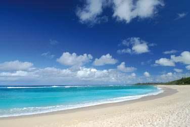 Bordé par 3 plages de sable blanc, le site de l'hôtel est propice au farniente...