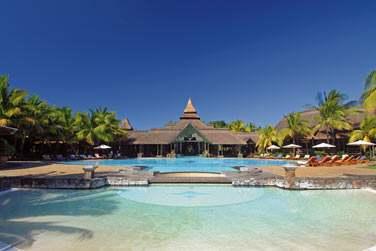 Plongez dans l'immense piscine de l'hôtel pour vous rafraîchir