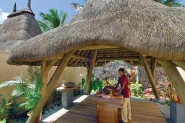 Testez les massages en extérieur à l'ombre de petits pavillons au toit de chaume