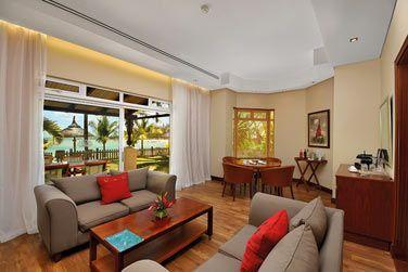 Le coin salon de la Suite Famille, ouvert sur une terrasse en bord de mer