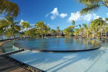 La piscine de l'hôtel est immense et fait face à la plage et au lagon
