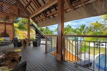 La grande terrasse de la Suite Senior Front de mer avec piscine