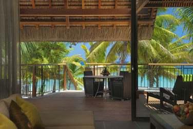La terrasse des Suites Senior Front de mer, offrant une vue splendide sur la mer