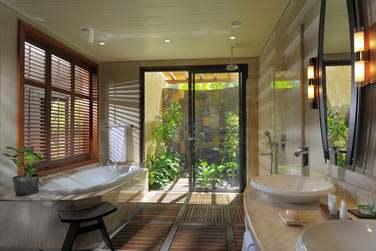 La salle de bain de la Junior Suite Tropical Plus