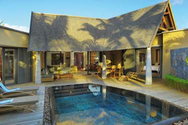 L'extérieur de la villa 2 chambres, piscine, terrasse, transats...