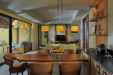 La cuisine ouverte sur la salle de séjour de la villa 3 chambres avec piscine
