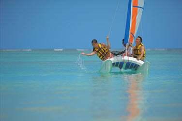 Les activités nautiques ne manquent pas pour vos enfants ! Une initiation au catamaran en famille ?